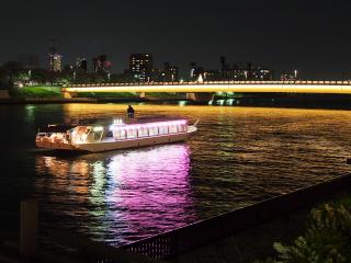 隅田川に浮かぶ屋形船