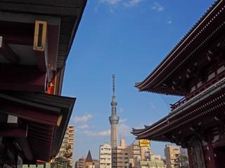 浅草寺境内から見た東京スカイツリー