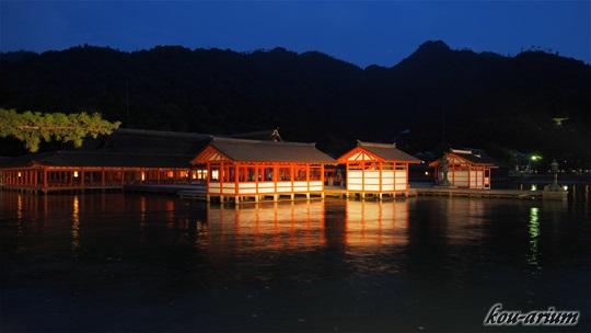 日没で浮かび上がる厳島神社
