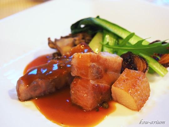 エゾ豚の燻製、グリーンペッパーソース