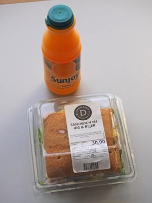 ジュースと小海老のサンドイッチ