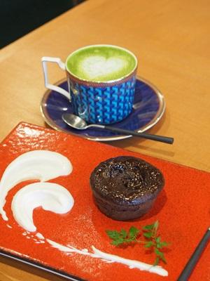 ORI TOKYOカフェの焼きショコラと抹茶ラテ